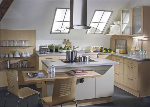 Kleine Küche mit Kochinsel aus Holz